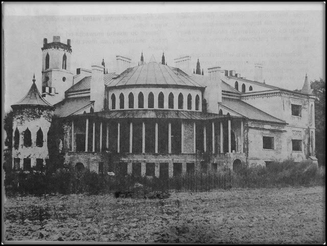 Widok na południową część pałacu z widoczną oranżerią.