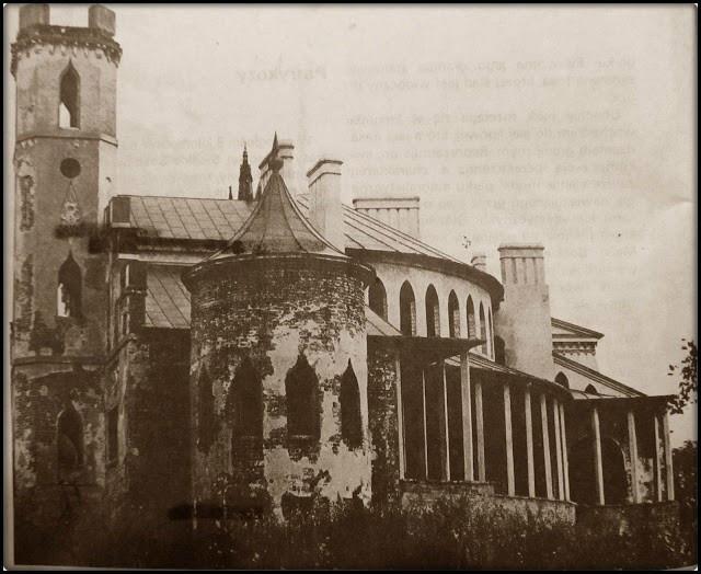 Widok na elewację pałacu od strony Płd. Zachodniej.  Widoczna wieża rotunda oraz oranżeria.